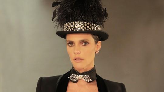 Fernanda Lima impressiona com maiô luxuoso todo bordado com cristais