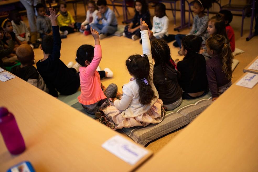 Crianças assistem aula no 1º dia letivo em escola primária em Heembeek em Bruxelas, na Bélgica, nesta terça-feira (1º)  — Foto: Francisco Seco/AP