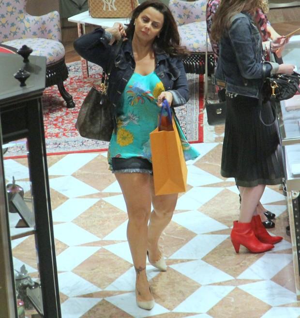 Viviane Araújo em noite de compras (Foto: J Humberto/AgNews)
