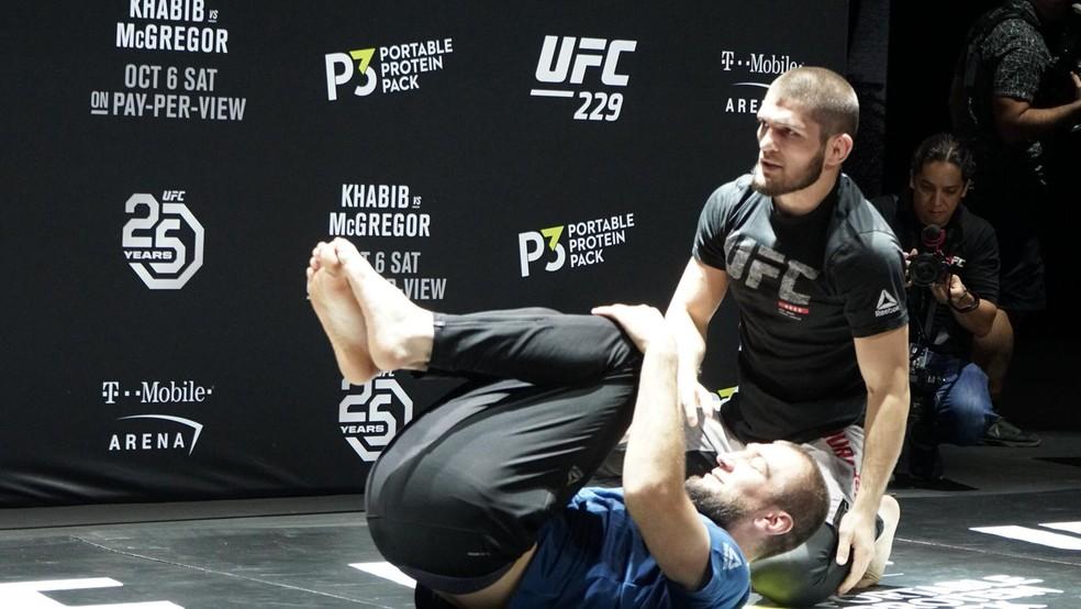 Khabib Nurmagomedov faz movimentação no solo com companheiro de treinos — Foto: Marcelo Barone
