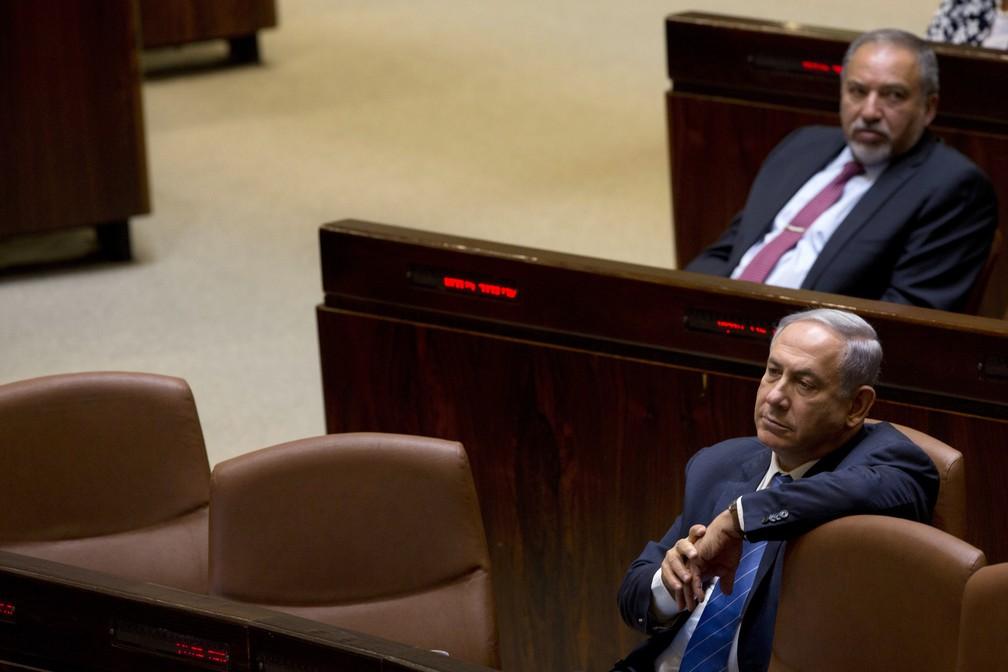 Benjamin Netanyahu, primeiro-ministro de Israel, participa de sessão no Parlamento em 2019. Atrás dele, o ex-ministro da Defesa Avigdor Lieberman, líder do partido que rompeu com o governo — Foto: Sebastian Scheiner/Arquivo/AP Photo