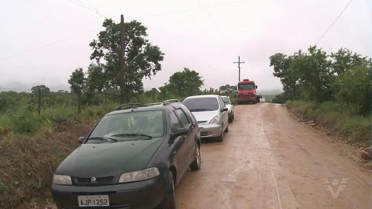 Enxurrada abre cratera em estrada e isola comunidade por 18 horas em SP