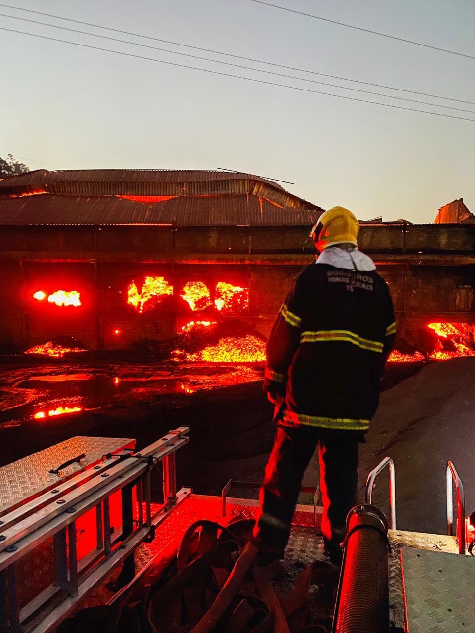 Após 20 dias de combate, incêndio em siderurgia é contido em Itaúna