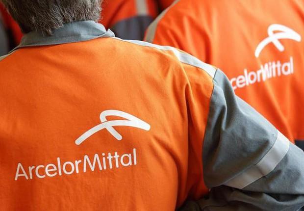 Trabalhadores da ArcelorMittal na fábrica de aço em Florange, na França (Foto: Philippe Wojazer/REUTERS)
