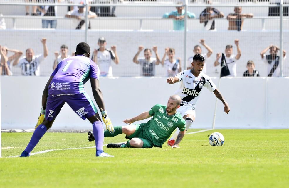 Marquinhos deixa Luiz Gustavo no chão no lance do gol da Ponte  — Foto: Marcos Ribolli