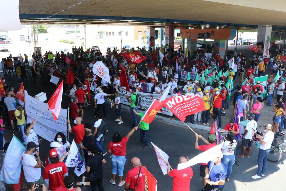 7 de Setembro: grupo protesta contra o governo Bolsonaro sob a Ponte JK, em Teresina — Foto: Lucas Marreiros/G1