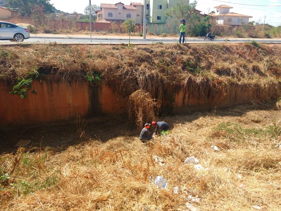 Militares usaram técnica de rapel para fazer o resgate — Foto: Corpo de Bombeiros/Divulgação