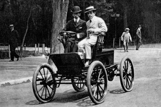 Santos Dumont foi o responsável por ter trazido o primeiro carro ao Brasil (Foto: Reprodução)