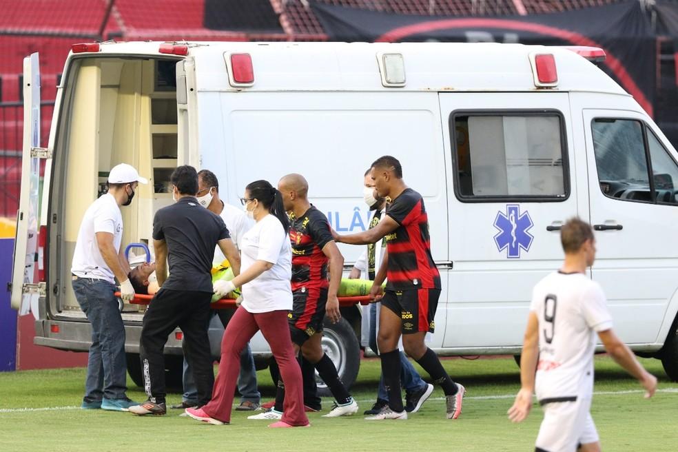 Carlos Eduardo após choque no jogo do Sport — Foto: Marlon Costa / Pernambuco Press
