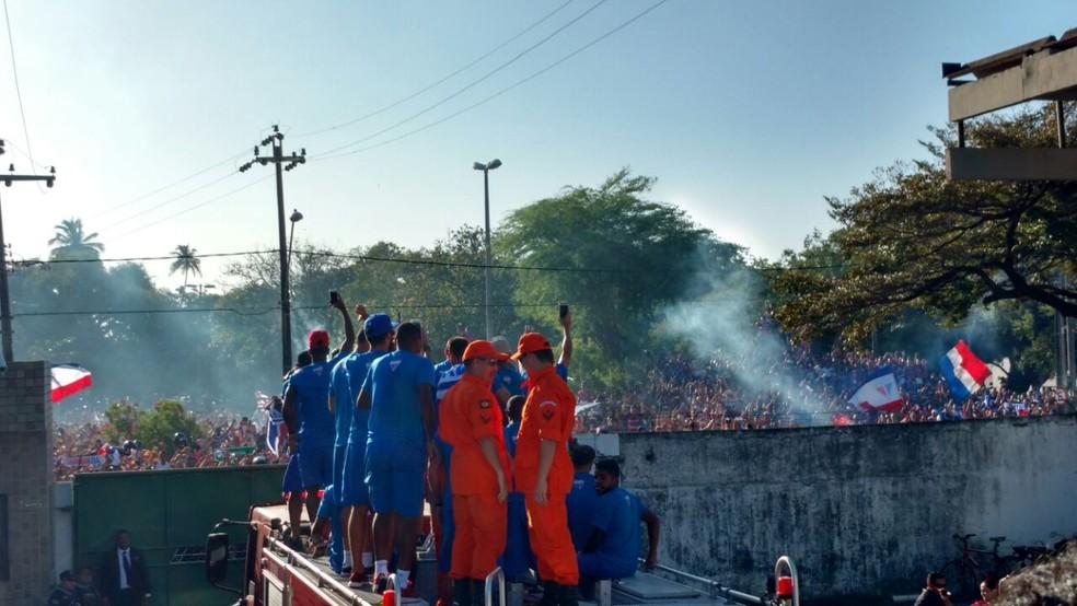 Caminhão do Corpo de Bombeiros leva elenco tricolor para festa no Castelão (Foto: Juscelino Filho)