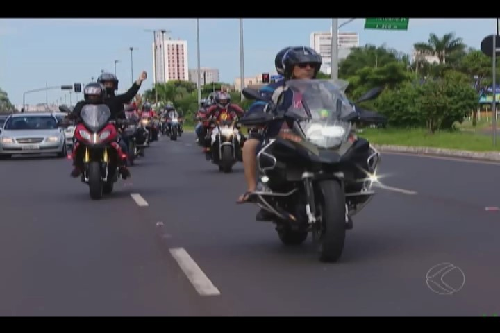 'Garupa do bem' leva pacientes da AACD para um passeio de moto em Uberlândia