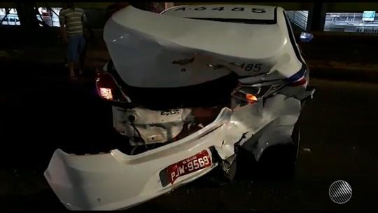 Carro bate em fundo de táxi e deixa feridos na Avenida Paralela, em Salvador