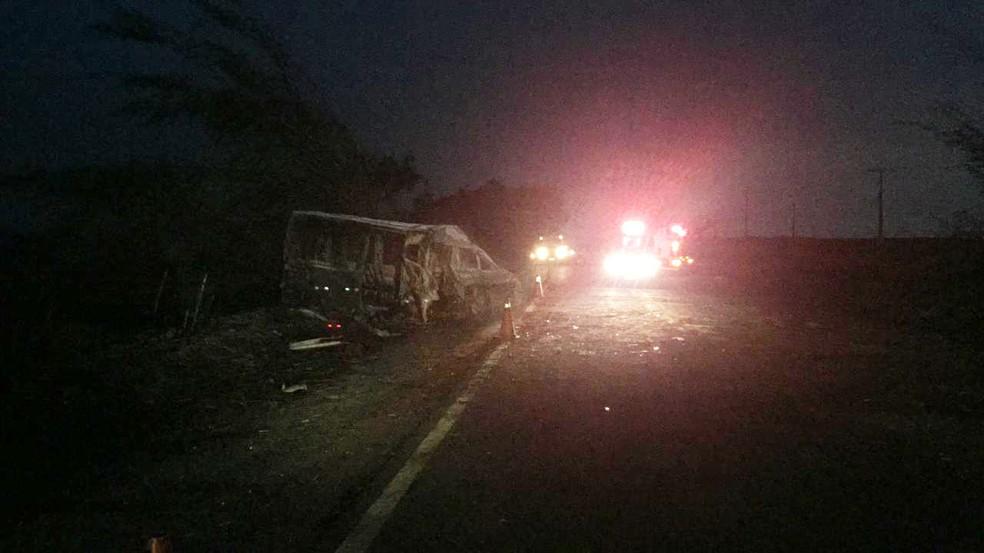 Seis pessoas morreram carbonizadas na SP-284, em Martinópolis — Foto: Bruna Bachega/TV Fronteira