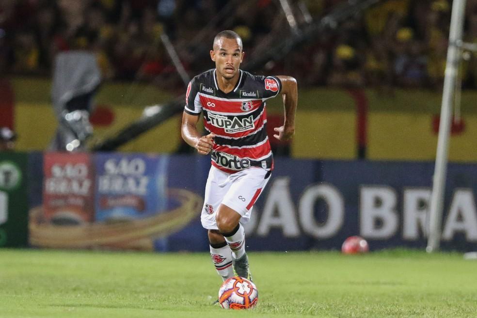 João Victor, no Santa Cruz, antes de transferência para o Vitória — Foto: Marlon Costa/ Pernambuco Press