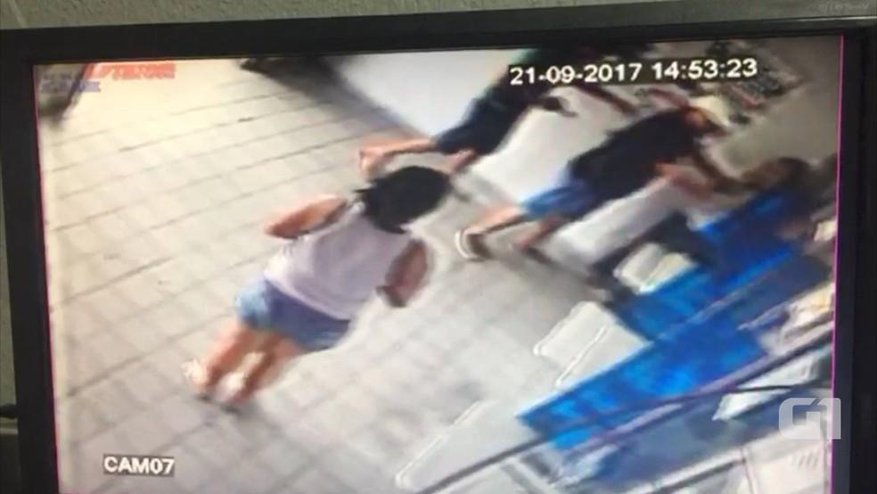 Vídeo das câmeras de segurança mostra ação de assaltantes em lotérica na Zona Sul de Natal (Foto: Reprodução)