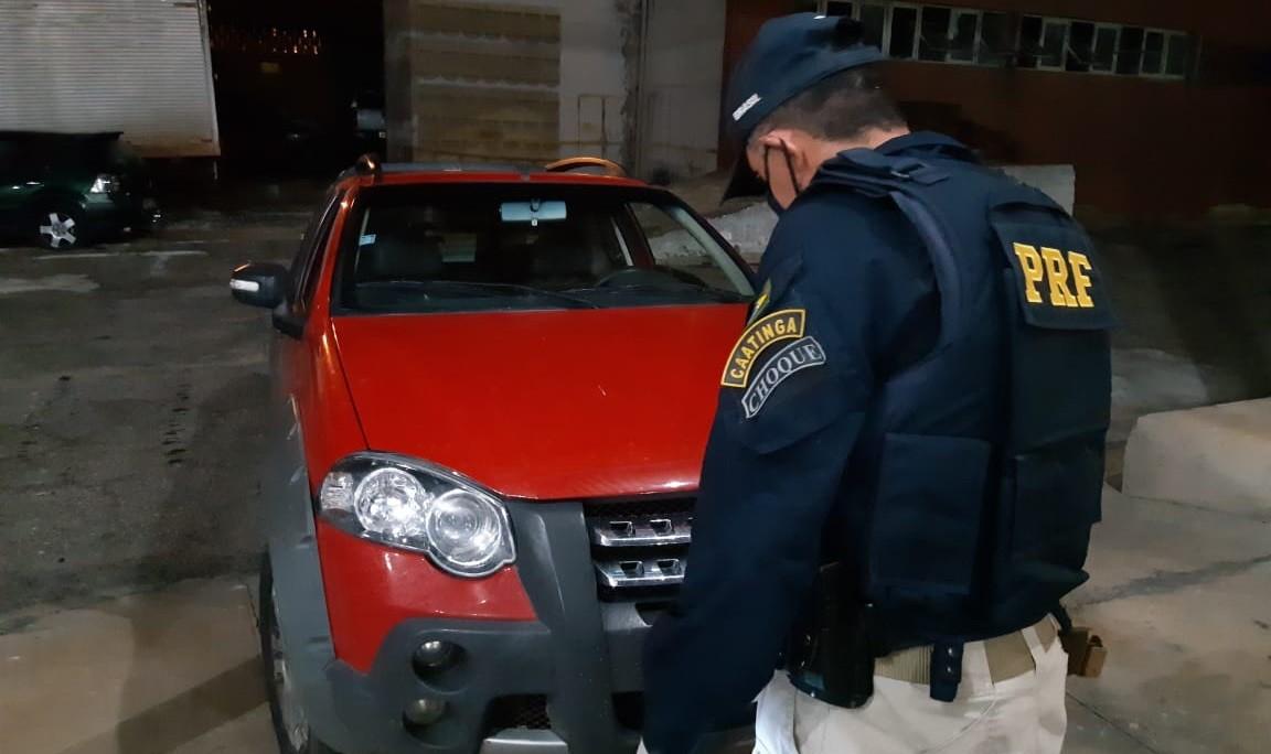 Foragido da justiça por assalto a banco é preso pela PRF com veículo roubado, no Sertão da PB