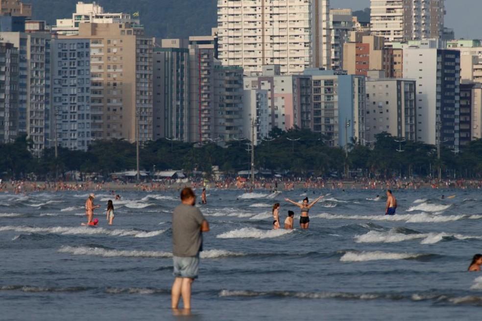Moradores e turistas tomaram banho de mar nas praias de Santos — Foto: Vanessa Rodrigues/Jornal A Tribuna