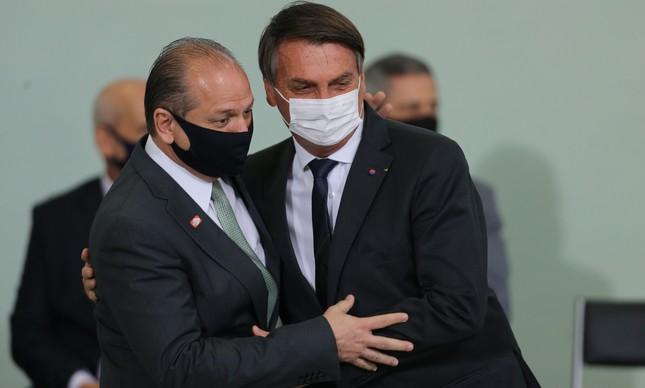 Jair Bolsonaro abraça Ricardo Barros em solenidade no Planalto