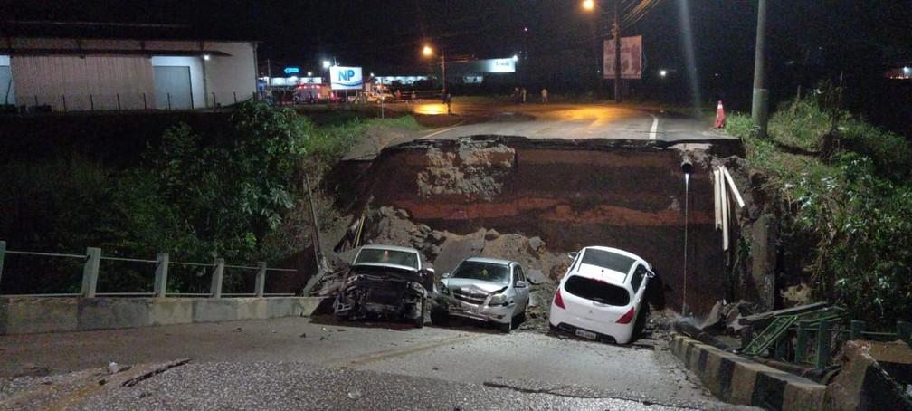 Carros ficam danificados após ponte ceder em Brusque — Foto: Patrick Rodrigues/NSC