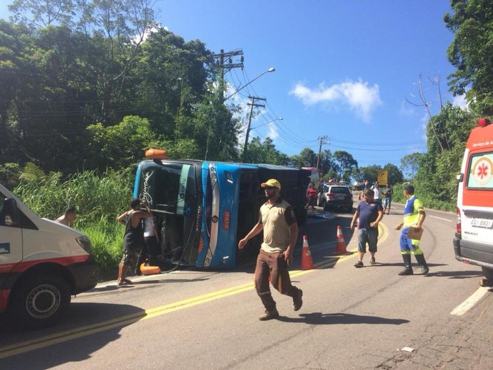 Ônibus estava cheio quando tombou — Foto: Portal Tamoios News/Arquivo