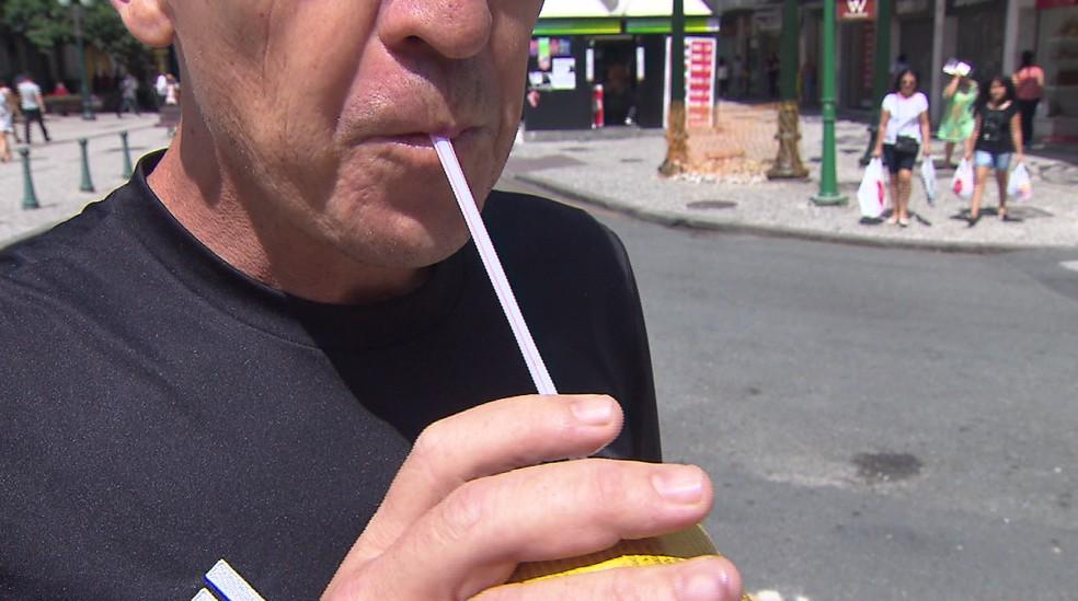Tem gente que não dispensa o uso do canudo para beber refrigerante — Foto: Reprodução/RPC
