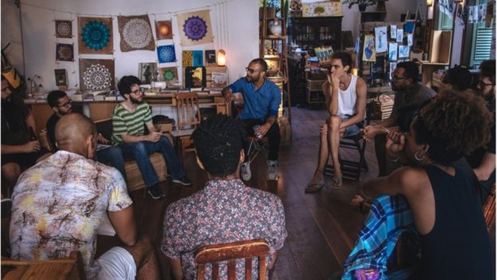 "Caio César dos Santos conduz discussões sobre o que é ""ser homem"" no projeto ""Entendendo as Masculinidades"" — Foto: Esdon Jonathan/BBC"