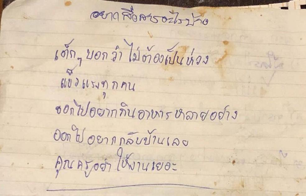 Foto de um dos meninos presos na caverna traz a mensagem: 'Não se preocupem, nós somos fortes'  (Foto: Royal Thai Navy Seal / AFP)