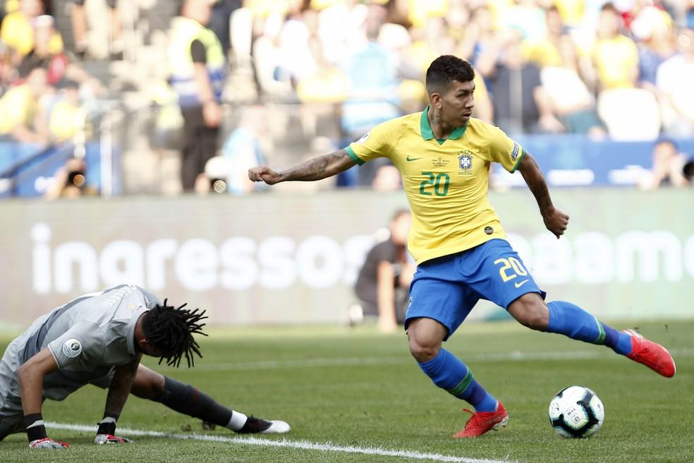 Gallese, caído no gol de Firmino, é um goleiro bem mais confiante após duas grandes atuações no mata-mata — Foto: Miguel Schincariol/AFP