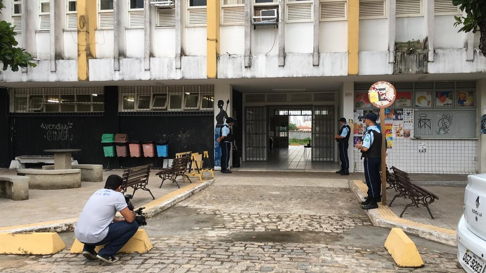 Departamento de Artes da UFRN foi evacuado após suspeita de bomba — Foto: Heloísa Guimarães/Inter TV Cabugi