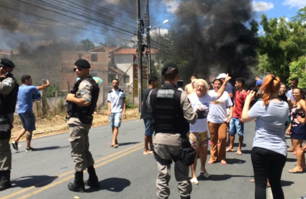 Moradores protestaram a morte da vítima, que foi baleada e morta durante abordagem da PM — Foto: Érica Ribeiro/G1