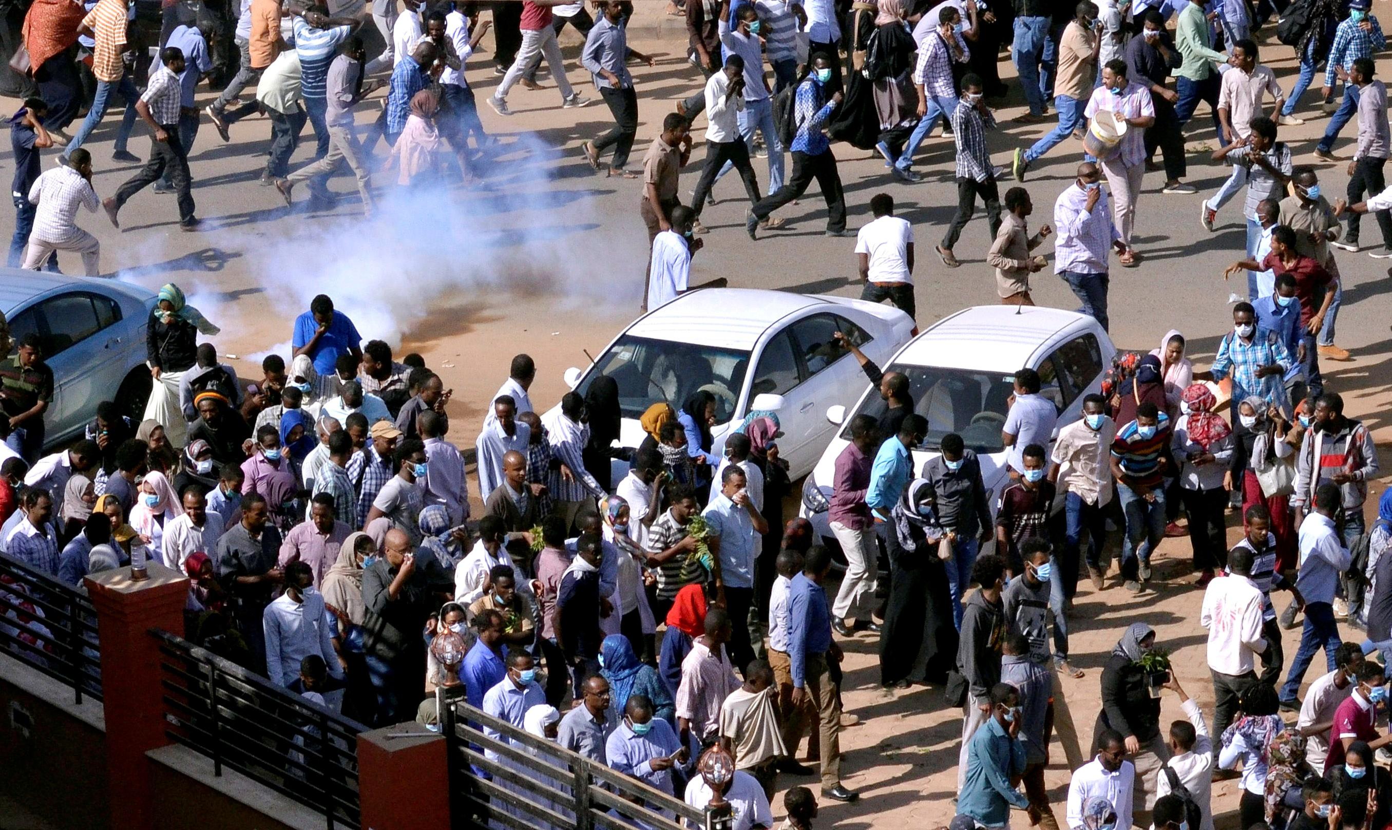 Manifestantes no Sudão protestam contra a alta dos preços dos alimentos e pedem a renúncia do presidente, Omar al-Bashir (Foto: Mohamed Nureldin Abdallah/Reuters)