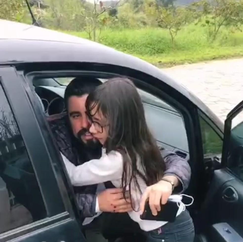 Alexandro foi recebido pela filha ao chegar em casa — Foto: Josiane Correa/Arquivo pessoal