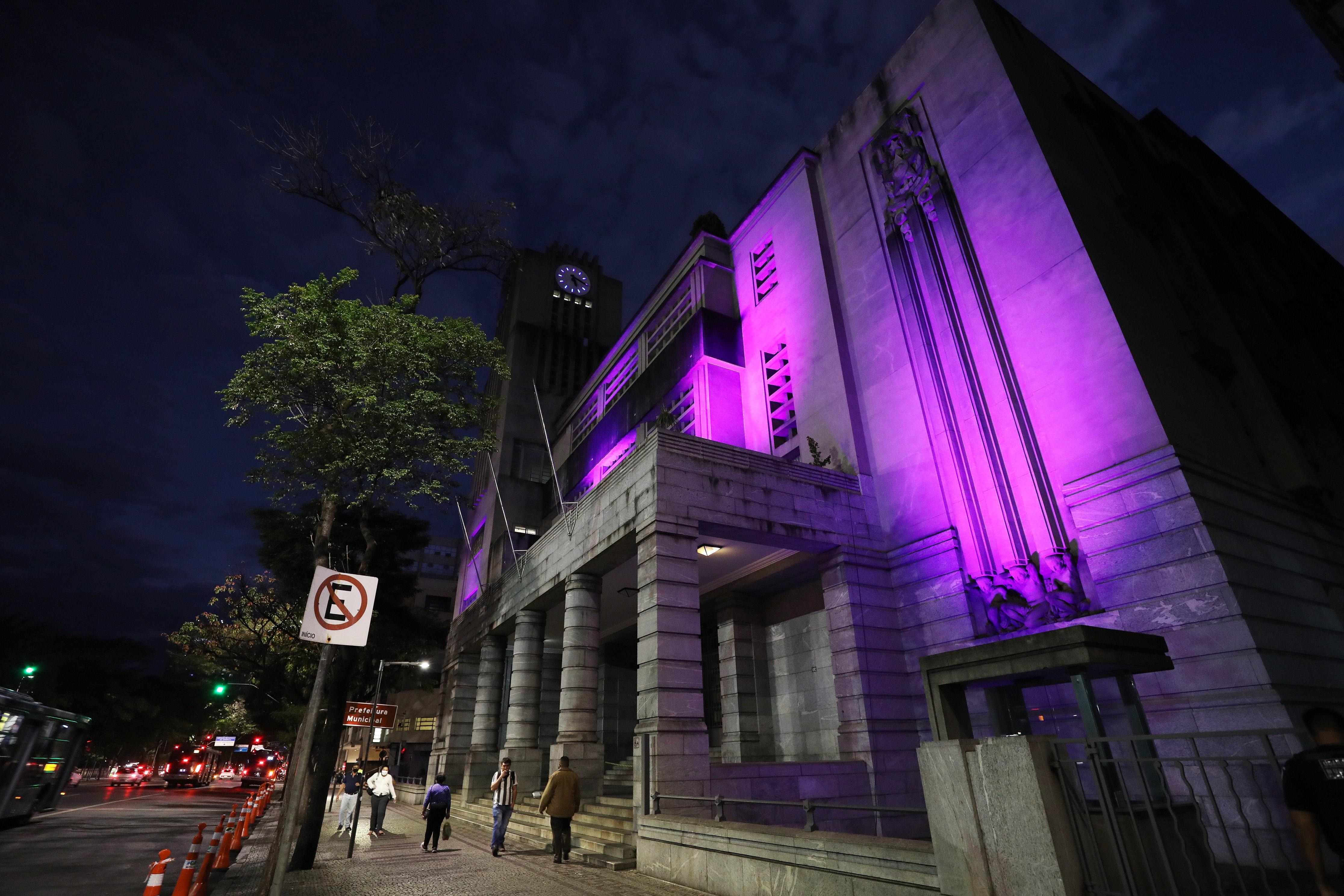Iluminação especial em prédio da PBH lembra mais de 100 mil mortes por Covid-19 no país