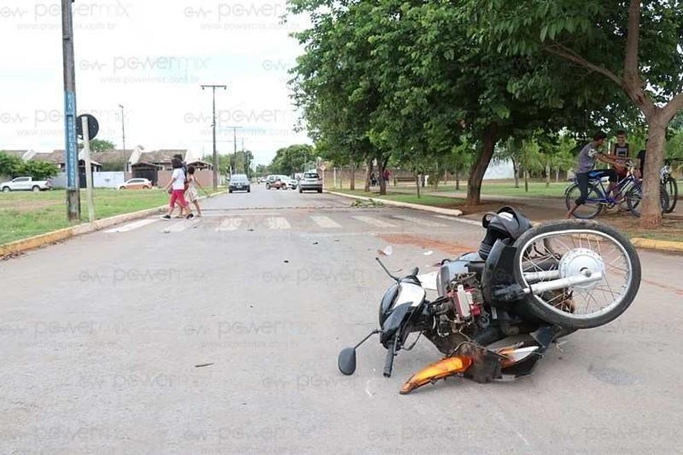 Adolescente que pilotava motocicleta morre ao avançar sinal e bater em carro em MT — Foto: Djeferson Kronbauer/Power Mix