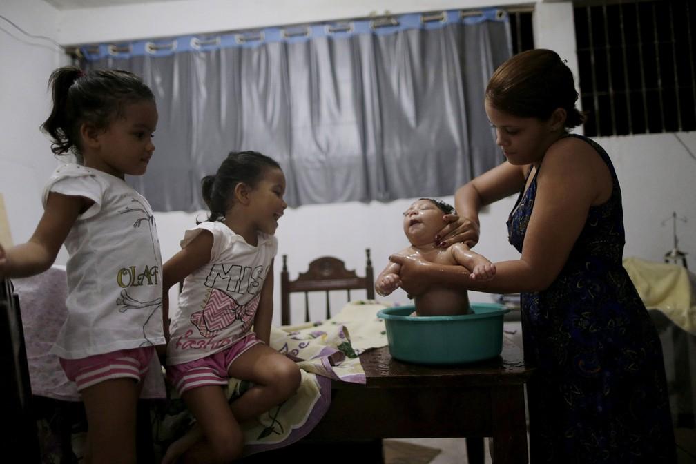 Gabriela Alves de Azevedo dá banho na filha com quatro meses Ana Sophia, que nasceu com microcefalia, na casa delas em Olinda, em março de 2016 — Foto: Ueslei Marcelino/Reuters