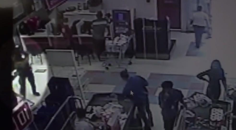 Imagens de câmeras de segurança mostram a confusão entre segurança e cliente que se recusou a usar máscara, em Araucária — Foto: Reprodução/RPC