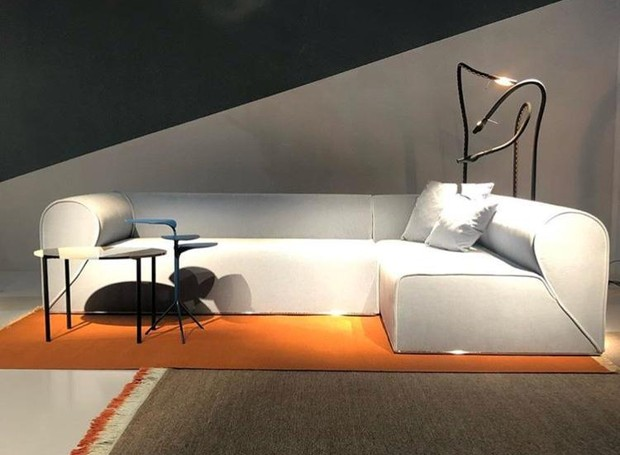 Showroom da marca Moroso, em parceria com o designer alemão Ingo Maurer. Na foto, sofá Heartbreaker com luminária de chão Alizz F. Cooper (Foto: Casa e Jardim)