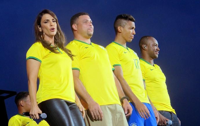 Ronaldo Ivete Sangalo Luiz Gustavo e Thiaguinho apresentação camisa Seleção (Foto: Cintia Barlem)