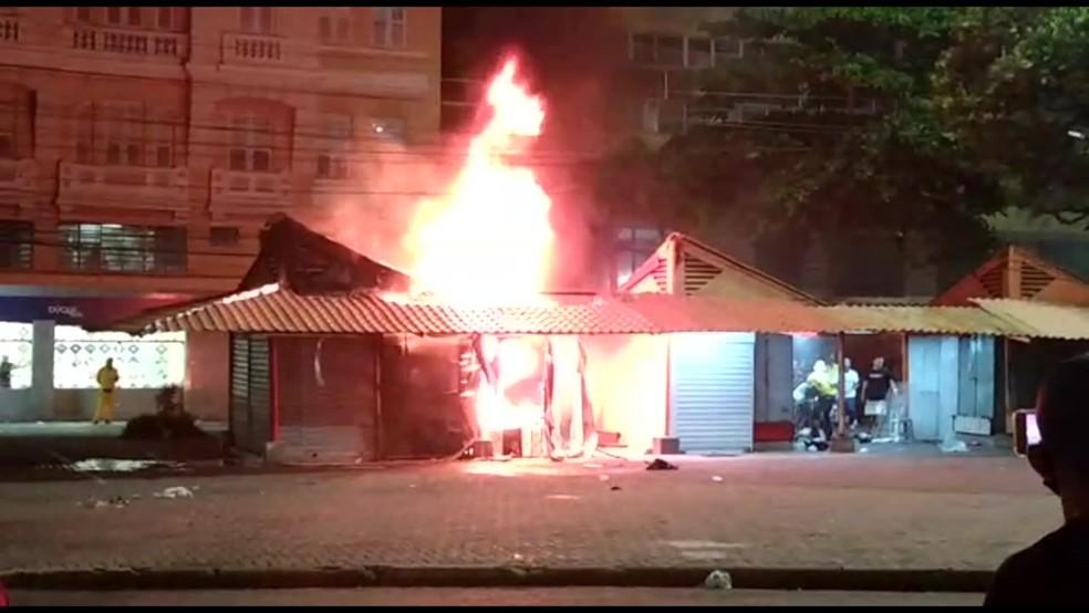 Incêndio atingiu três quiosques na Praça da Independência, no bairro de Santo Antônio, no Recife — Foto: Reprodução/Whatsapp
