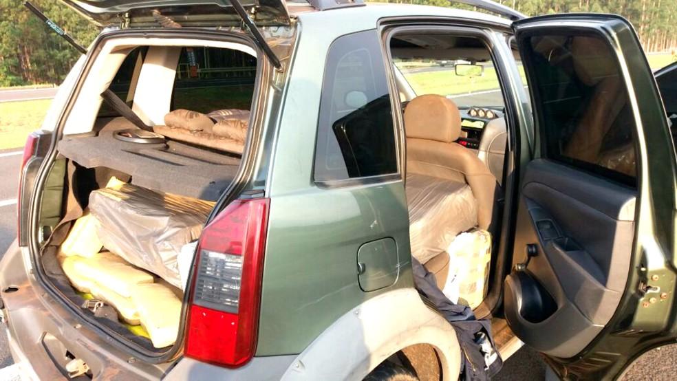 Droga estava acondicionada no porta-mal e nos bancos traseiros do veículo, que era roubado (Foto: Divulgação / Polícia Rodoviária Estadual)