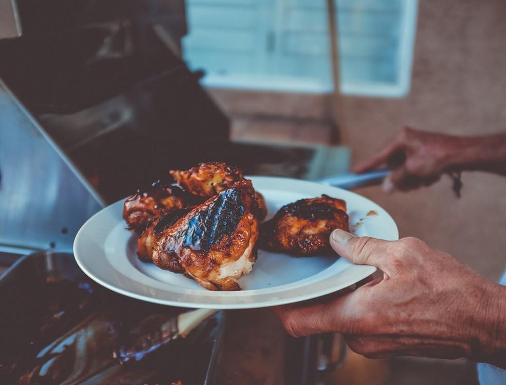 Lavar a carne de frango antes de cozinhá-la pode fazer com que micróbios se espalhem por outros alimentos — Foto: Neonbrand/Unsplash