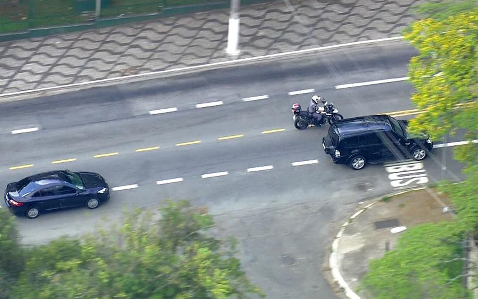 Candidato à presidência, Jair Bolsonaro, deixa o hospital em SP na tarde deste sábado (29) — Foto: Reprodução/TV Globo