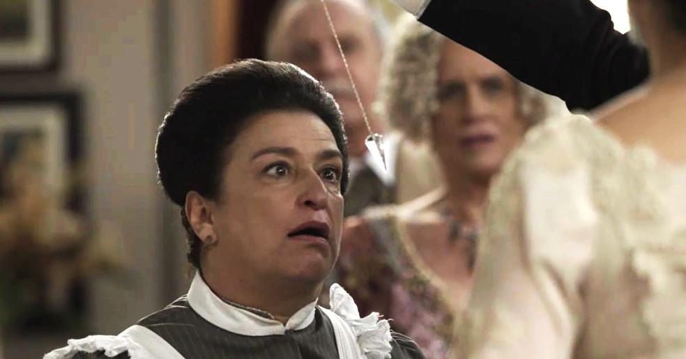 Petúlia é hipnotizada e acaba falando demais  (Foto: TV Globo)