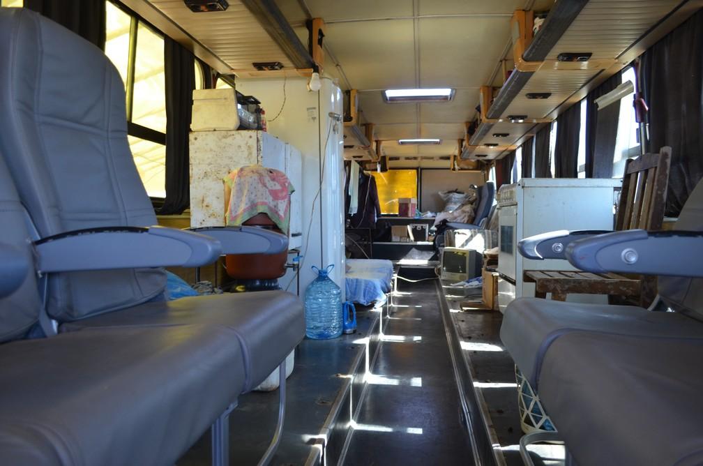 Seu Ivo vive no ônibus há seis meses (Foto: Raquel Baes/ G1)