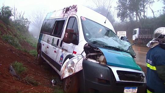 Motorista de van morre em acidente com caminhões, na PR-180