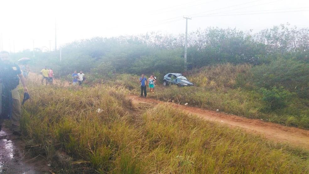 Carro saiu da pista, desceu ribanceira e capotou (Foto: Marksuel Figueiredo/Inter TV Cabugi)