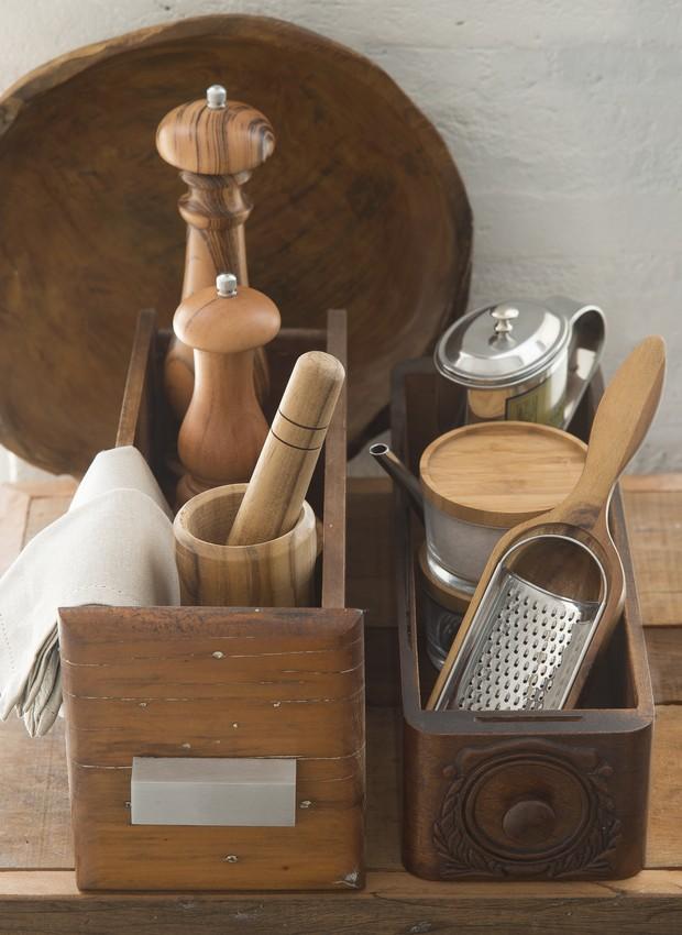 As gavetas do móvel antigo e da máquina de costura ajudam a organizar os utensílios de cozinha. As peças nas gavetas são da Tok&Stok. Travessa ao fundo, da Ideia Única (Foto: Cacá Bratke/Editora Globo)