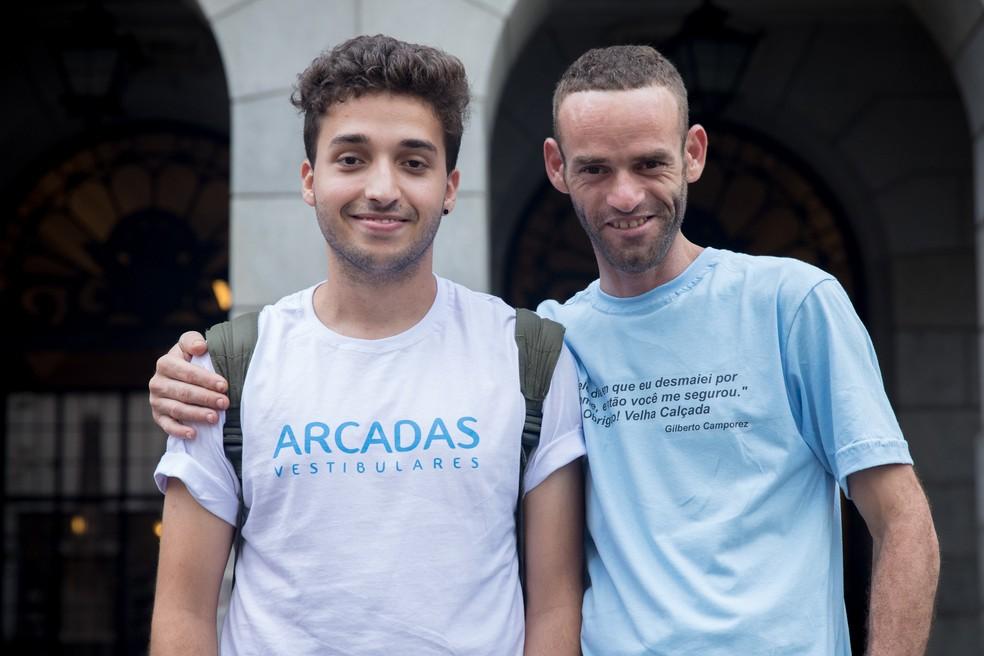 """Antônio, ao lado de Gilberto, é aluno de economia da USP e foi responsável pela publicação de 500 exemplares do livro """"Velha Calçada"""". (Foto: Celso Tavares/G1)"""