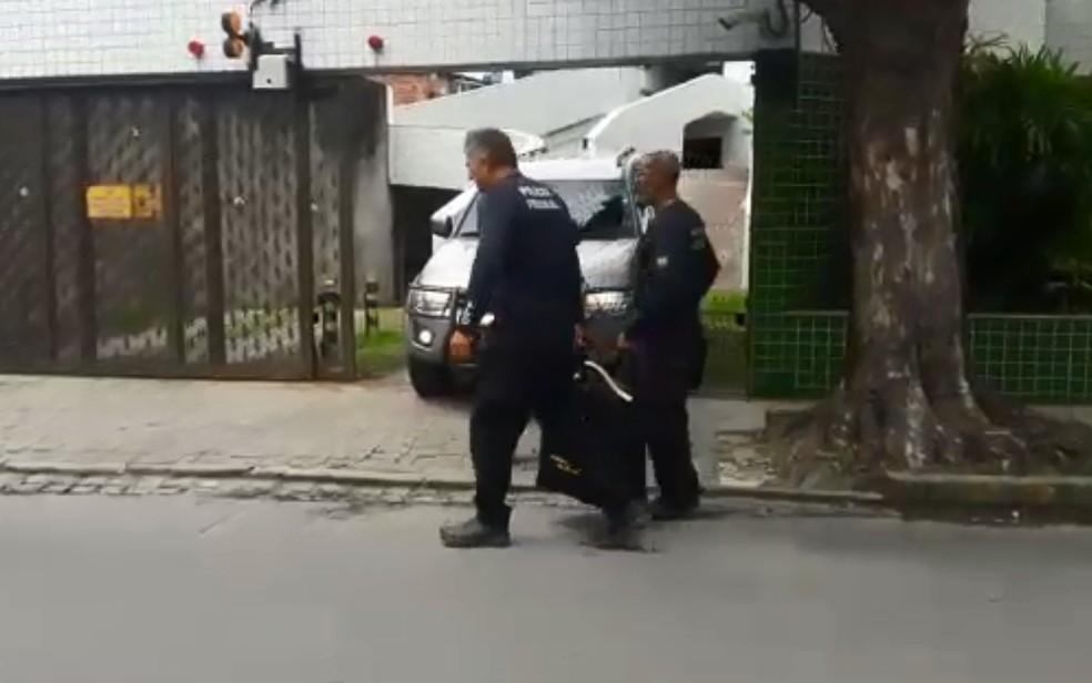 Polícia Federal faz apreensão em residência no bairro da Madalena, na Zona Oeste do Recife, durante a operação Decimus (Foto: Bruno Grubertt/TV Globo)