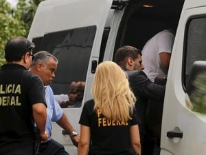 22/03/2016 - Executivos da Odebrecht são escoltados por policiais federais ao deixar a sede da Polícia Federal, em São Paulo, durante transferência para Curitiba   (Foto: Paulo Whitaker/Reuters)